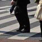 横断歩道を横切る人の足