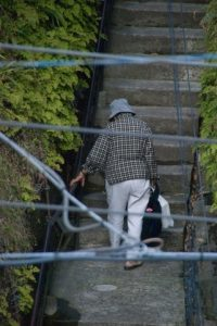 階段を昇るおばあちゃん