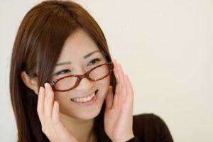 メガネの女性と笑顔