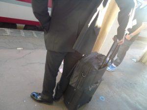 スーツケースと男性